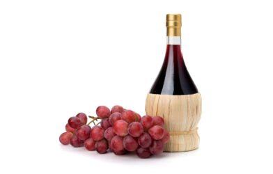 krasnyi-vinograd-grozd-butylka-vino-belyi-fon